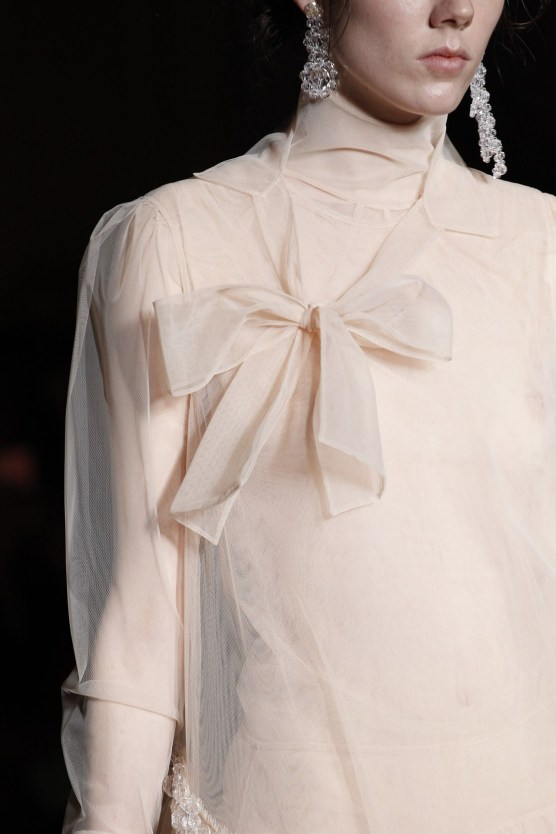 Delicate bow Attached Via an Asymmetric Cut.